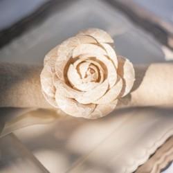 Rond de serviette rose en dentelle sur ruban