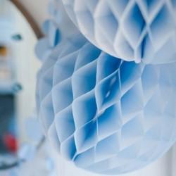 Boule en papier alvéolée beu ciel 30 cm