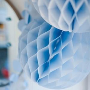 Boule en papier alvéolée bleu pastel